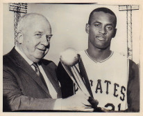 Clemente poses with National League president Warren Giles and his newly awarded Silver Bat Award, 1962